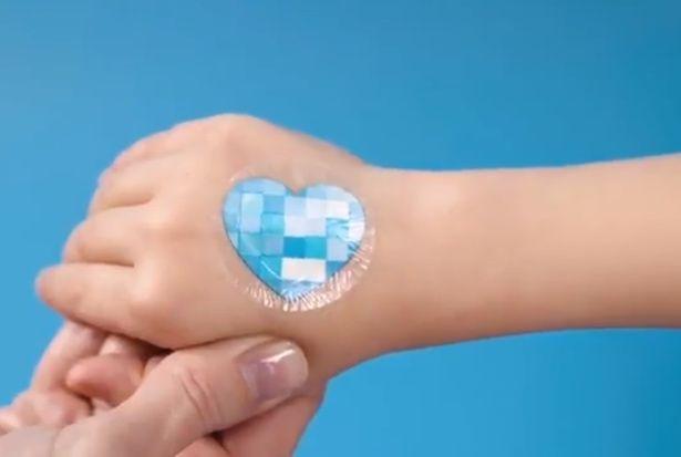 наклейка для измерения воздействия УФ-лучей на кожу